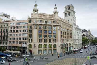 Grand immeuble de bureaux à proximité de la rue Passeig de Gracia